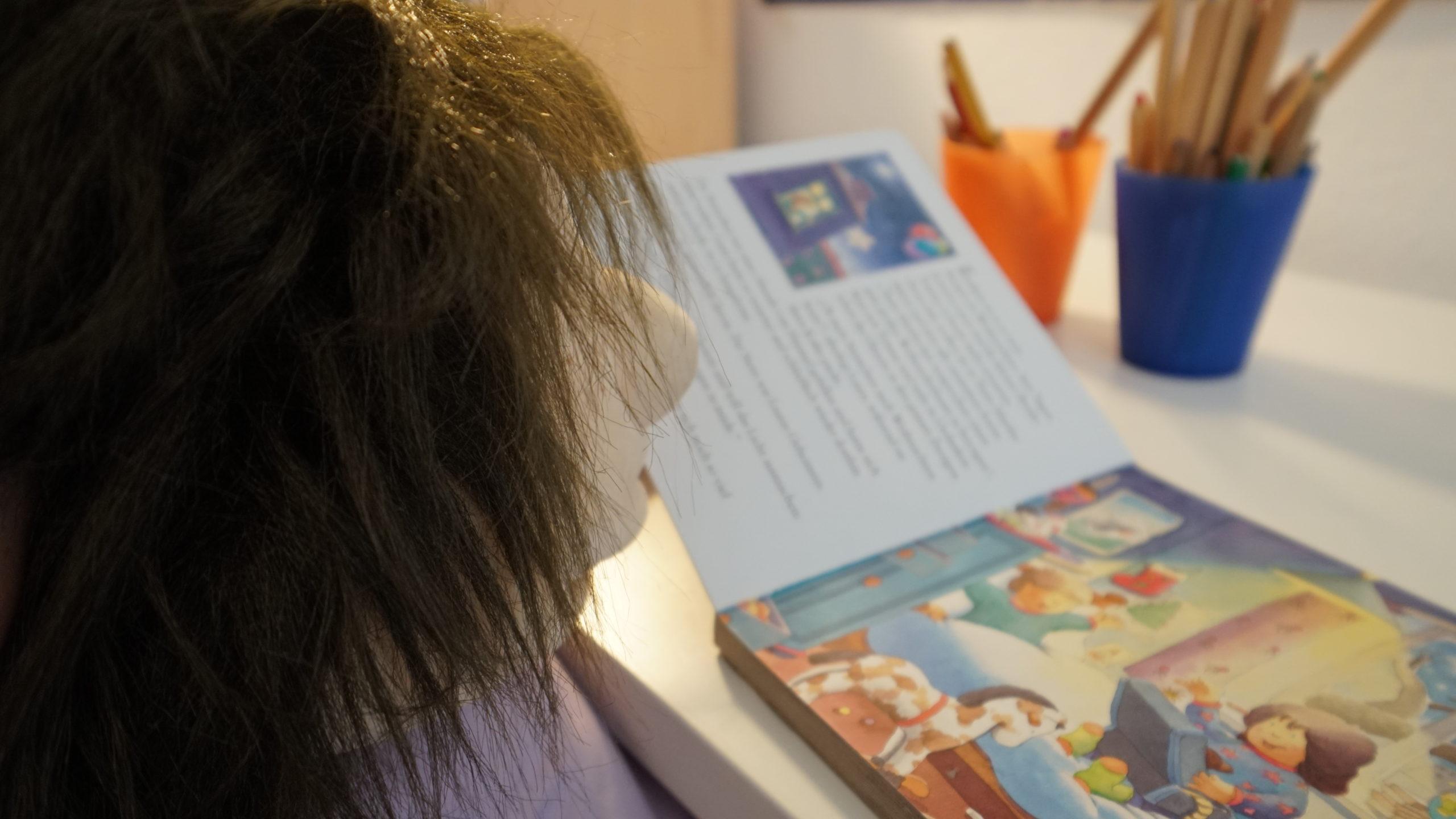 Puppe liest Buch im Warteraum