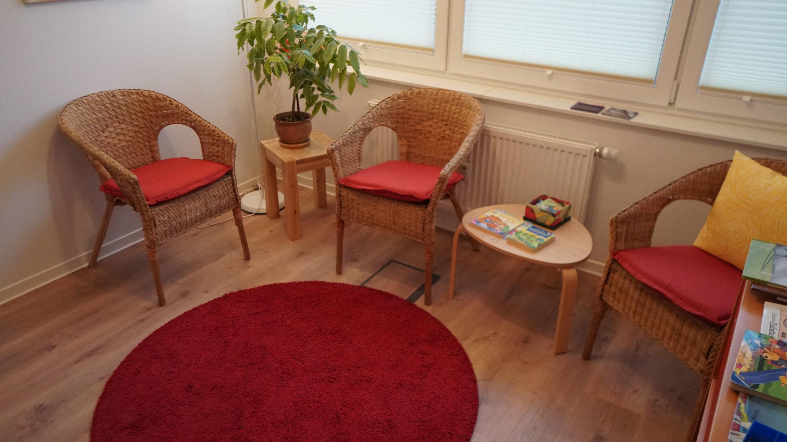 Warteraum mit drei Sesseln