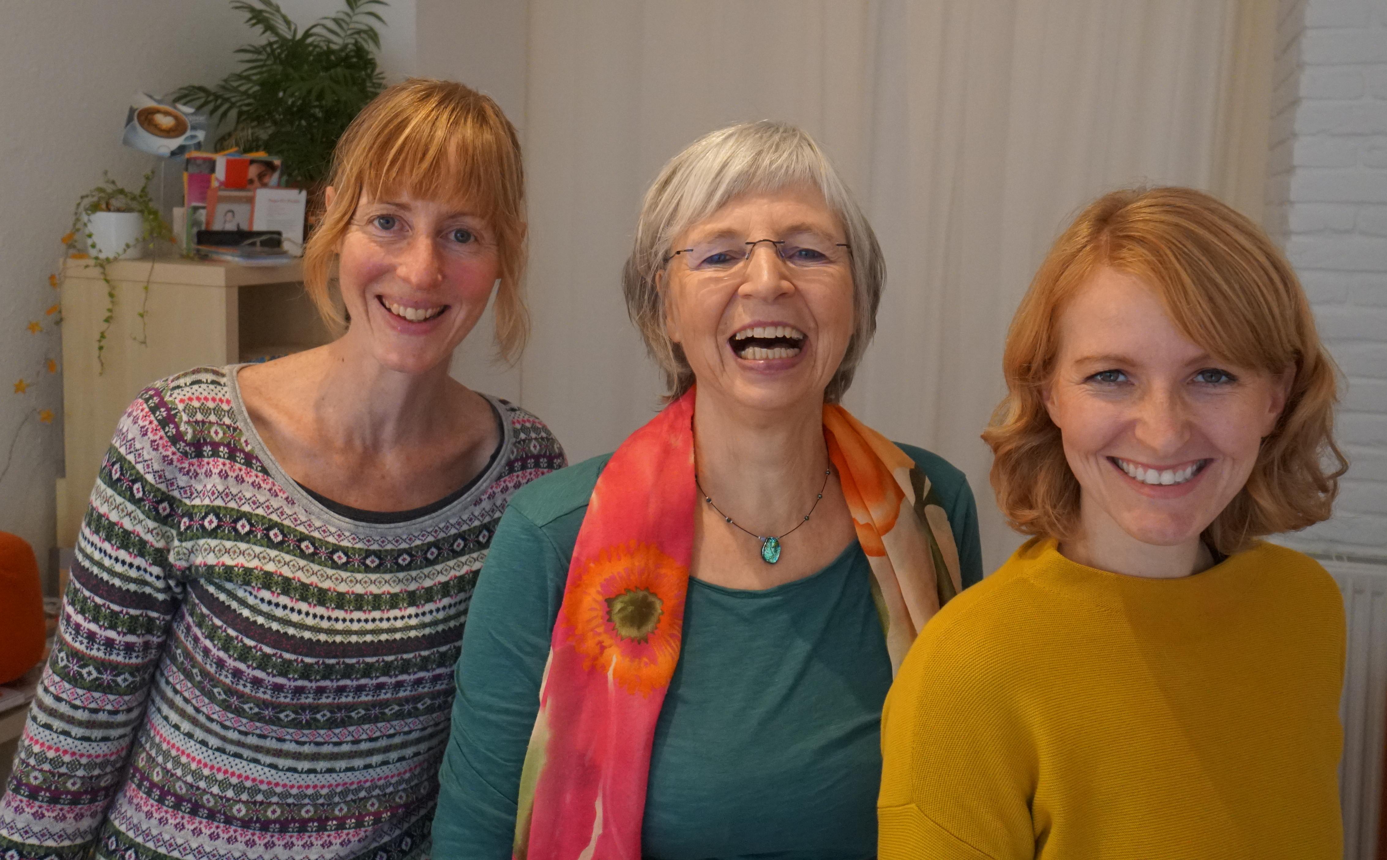 Das Team der Praxis Goffart strahlt in die Kamera - von links nach recht: Ruth Englich, Sabine Goffart und Sarah Peitz